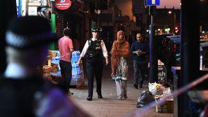 En person dog och flera människor skadades då en paketbil mejade ner fotgängare vid en moské i norra London den 19 juni 2017.