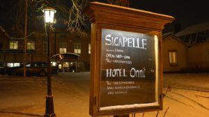 Skylt utanför restaurang SicaPelle och Hotell Onni.