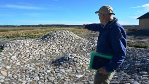 Matts Andersén pekar ut Öjberget i den miniatyrmodell av kraternedslaget på Söderfjärden.