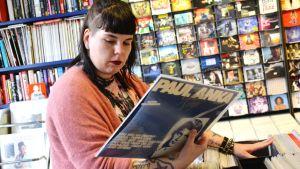 Maria Ahonen i en skivbutik.