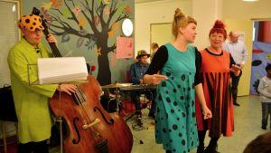 Barnorkestern Mehua ja pullaa uppträdde på Lekglädjekvällen.