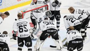Oskari Setänen omringad av TPS-spelare, hösten 2016.