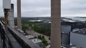 Vy från den första enhetens tak. I bakgrunden kol som numera transporteras tilll Finno kraftverk i Esbo.
