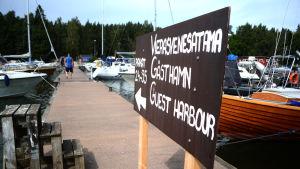 Båtar vid gästhamnsbryggan vid Porkala Marin i Kyrkslätt.
