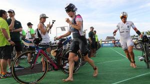 Kaisa Lehtonen håller på med triathlon.
