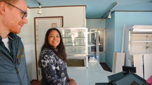 karre och pranom anttonen bakom disken - både tak och väggarn har målats ljusblå