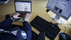Polis på Facebook.