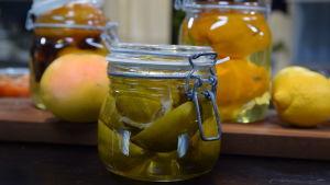 Glasburk med citrusfrukter i sockerlag.