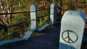 Peace logo på en stolpe