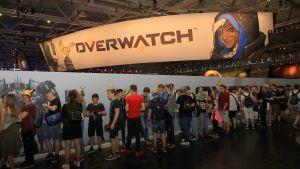 Människor köar vid en dataspelsmässa.