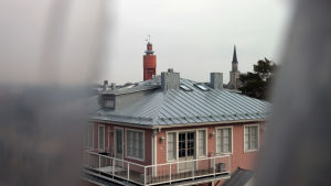 Utsikt från Mau-Mau i Hangö. På bilden syns ett gammalt rosa trähus och i bakgrunden Hangö vattentorn och Hangö kyrka.
