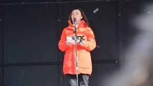 Emina Arnautovic håller tal på Vasa torg.