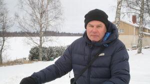 Auvo Ojanperä står med sin cykel vid Hamngatan i Kaskö.