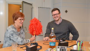 Kerstin Ståhlberg och Robert Lindberg snackar på valborsmässoafton den 30 april 2015.