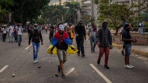 Maskerade demonstranter i Venezuelas huvudstad Caracas.