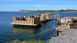 Sex arbetare står inne i kassunen som byggs för Utö nya förbindelsebåtsbrygga.