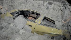 En bil täckt av rasat bråte på den grekiska ön Kos efter att ön drabbades av en jordbävning.