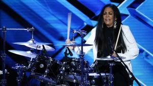 Sheila E. spelar trummor.