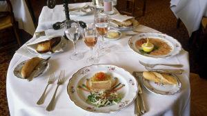 Restaurangbord med matportioner.