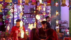 Palestinier i enklaven Gaza köper traditionella, färgglada lampor för att fira Ramadan