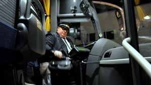 Janne Smeds sätter sig till rätta för att åka i väg med bussen.