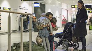 Scen ur serien Kriget där Claus pussar sina barn på flygplatsen.