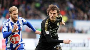 Akseli Pelvas jagar Mehmet Hetemaj i den inhemska fotbollsligan 2017.