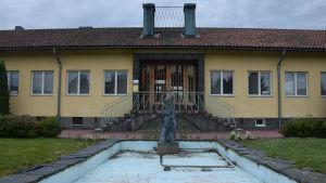 Den tomma fontänen framför Karis stadshus.
