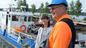 Nina Lindman och Göran Ahlstrand står framför båten Roope-Botnia.