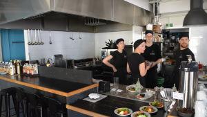 Personalen vid restaurangen Zum Beispiel väntar på att strömmen ska återvända.