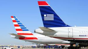 Två flygplan från United airlines.