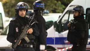 Fransk polis i under insatsen vid ett gisslandrama i Paris.
