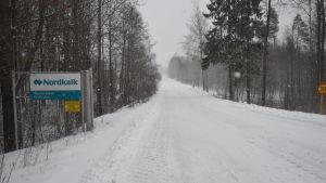 En vit och turkos skylt där det står Nordkalk. Finns i Svartå.
