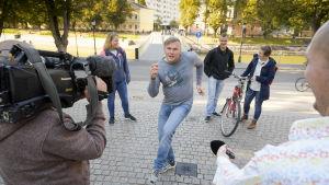 Prisma Studion kuvausryhmä kuvaa kadulla tanssivaa miestä