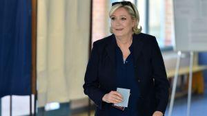 Marine Le Pen röstar i parlamentsvalet 18.6.2017.
