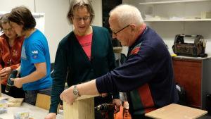 Bengt Åkerholm bygger en fågelholk