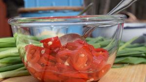Inlagda chilin i en glasskål.