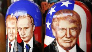 Ryska Matrjosjka-dockor föreställande Donald Trump och Vladimir Putin, i en presentaffär i Moskva i maj 2017.