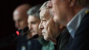Gian Franco Kasper på presskonferens.