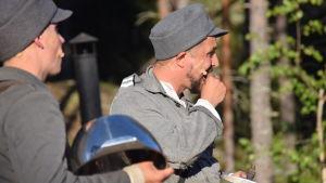 Rokka äter knäckebröd  i pjäsen Okänd soldat i Harparskog.