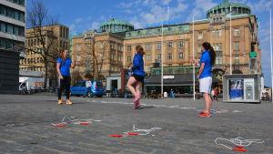 Jonna Boström, Andrea Sågbom och Victoria Bäckman hoppade själva och uppmanade andra att delta.