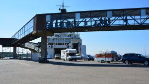 Bilar och passagerare tar i land i Vasa.