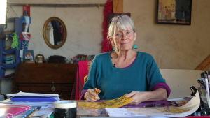 Animationsfilmaren Antonia Ringbom sitter vid ett arbetsbord i sin ateljé