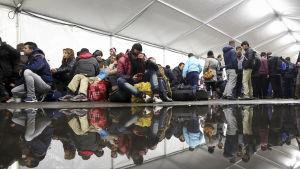 Asylsökande väntar i ett tält i Berlin för att få registrera sig.