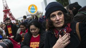 Demonstranter i Paris kräver åtgärder mot klimatförändringen.