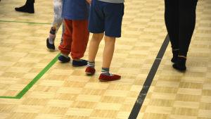 Barn på gymnastikövning.