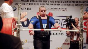 Fredrik Smulter förbereder sig för ett lyft under VM i Sundsvall 2015