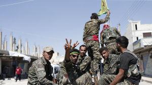Kurdiska milisgrupper rycker fram i de norra delarna av provinsen Raqqa samtidigt som armén närmar sig från söder