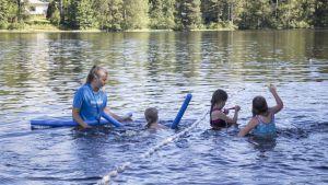 Ida Martin är simlärare i Folkhälsans simskola i Karskog i Sjundeå.
