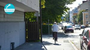 Kvinna ute och cyklar.